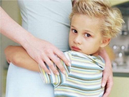 Kind knuffelt zijn moeder