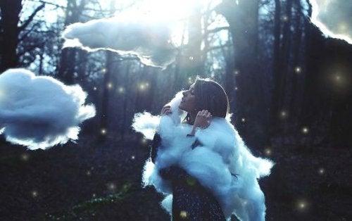 Meisje in een bos met wolken om zich heen