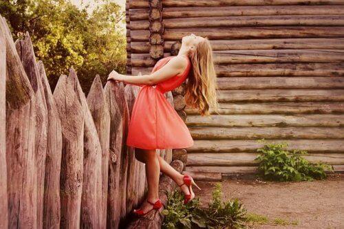 Meisje in een rode jurk en hoge hakken