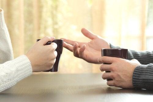 Twee personen in gesprek tijdens een kop koffie