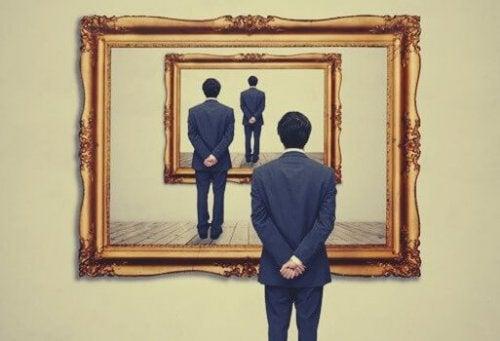 Meerdere weerspiegelingen van dezelfde man