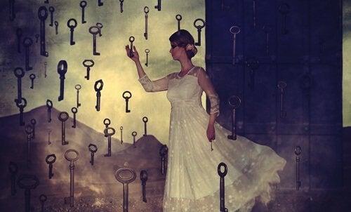 Gebliddoekte vrouw die naar een sleutel zoekt