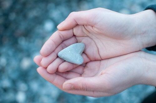 Een steentje in de vorm van een hartje