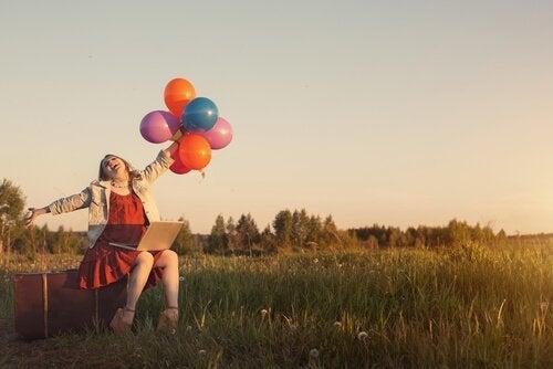 Blije vrouw met ballonnen