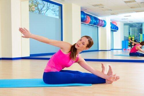 Vrouw doet Pilates oefeningen voor beginners