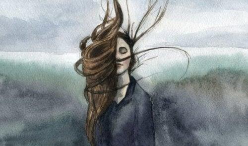 Vrouw die geniet van de wind in haar haren