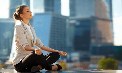 Vrouw die mediteert