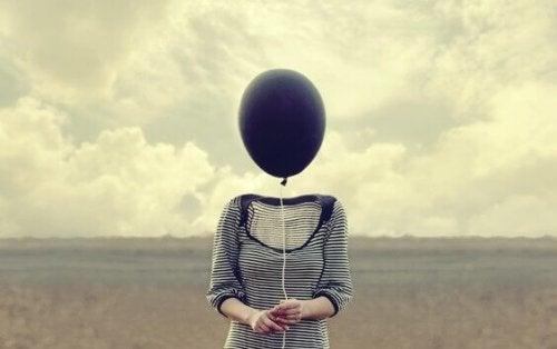 Vrouw met ballon als hoofd