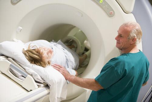 Vrouw die CT-scan krijgt