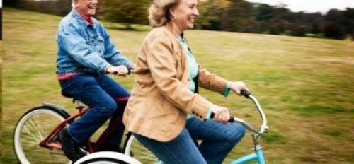 Twee oudere mensen op de fiets