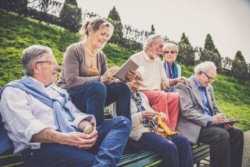 Groep ouderen op een bankje