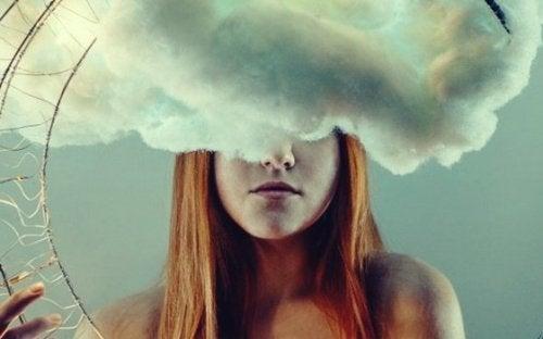 Meisje met haar hoofd in de wolken