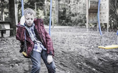 Verdrietig jongetje op een schommel