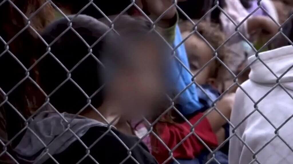 Kinderen achter hek