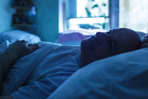 Man ligt wakker in bed