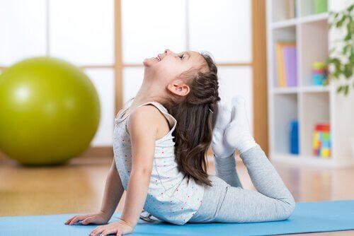 Vijf yogahoudingen voor kinderen