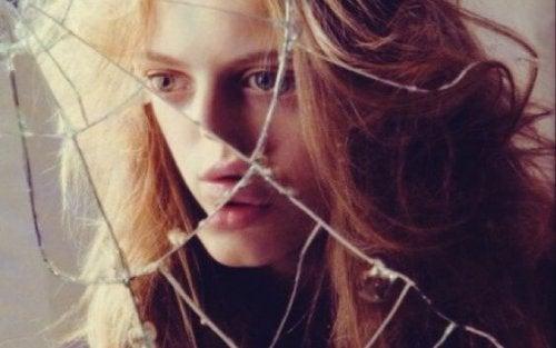 Meisje kijkt in gebroken spiegel