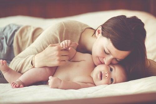 Moeder knuffelt haar baby