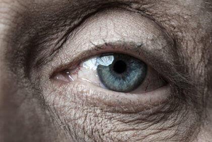 Het oog van een oudere vrouw