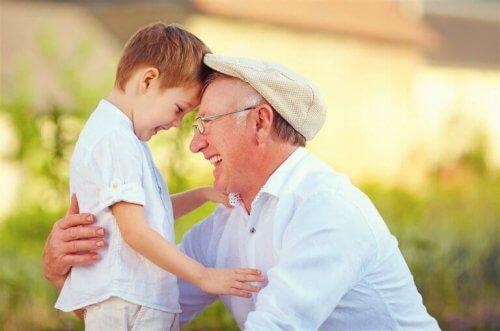 Opa speelt met kleinkind