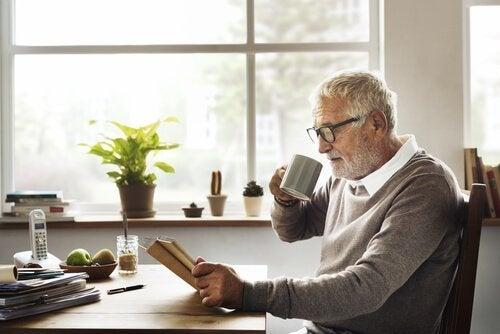 Oudere man leest een boek