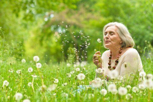 Oudere vrouw in bloemenveld
