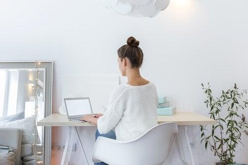 Vrouw zit achter laptop
