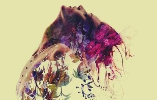 Kunstfoto van vrouw die vervaagt in bloemen