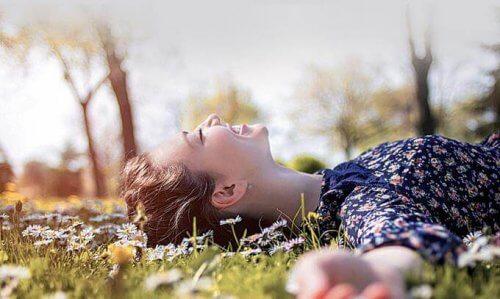 Vrouw liggend in het gras