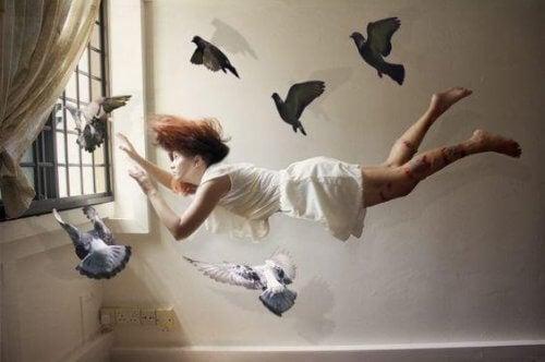 Vrouw vliegt met duiven