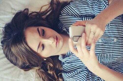Vrouw met telefoon in de handen