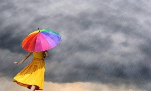 Vrouw met kleurrijke paraplu