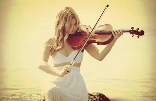 Vrouw speelt viool