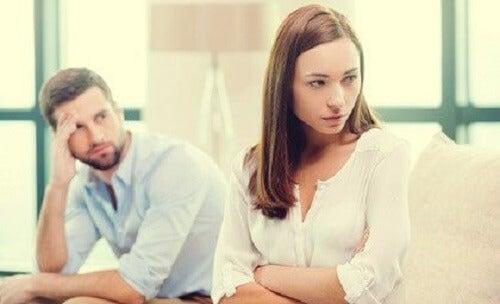 Hints laten vallen in plaats van te communiceren beschadigt relaties