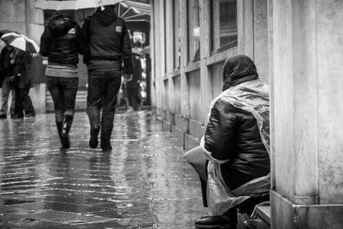 Vrouw bedelt op straat