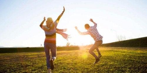 Dansende mensen in de zon