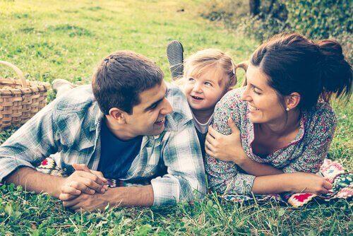 Gelukkig gezin in het gras