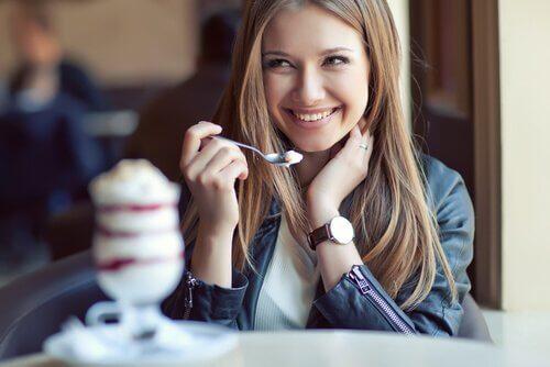 Gezonde vrouw die gezond eet