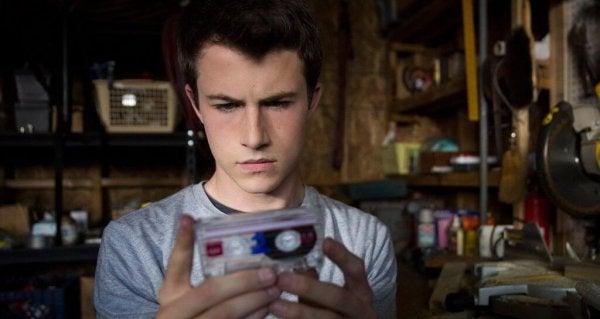 Jongen met een cassetteband van Hannah