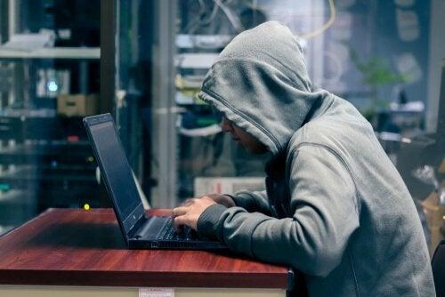 Jongen die bezig is op zijn laptop
