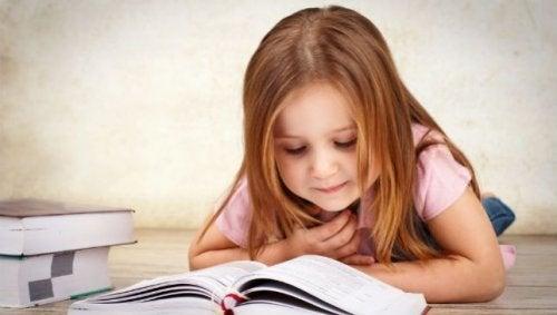Klein meisje dat leest