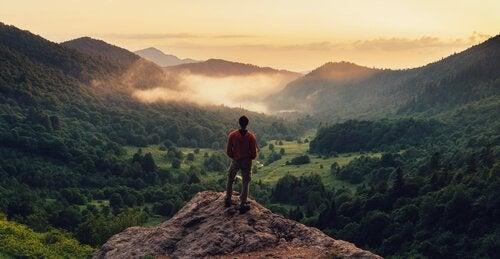 Man op een bergtop
