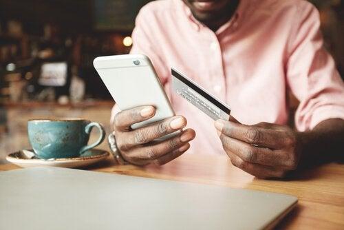 Man winkelt via zijn telefoon