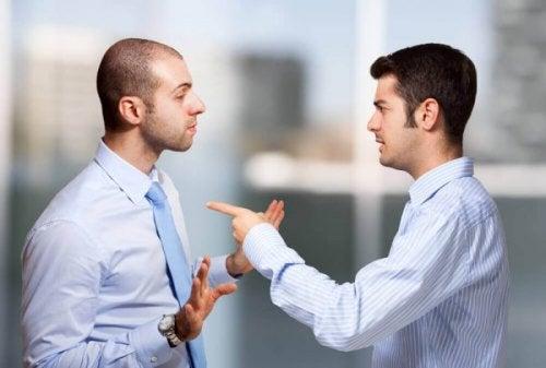 Twee mannen hebben ruzie met elkaar