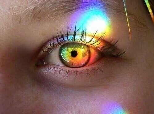 Regenboog aan kleuren in het oog van een meisje