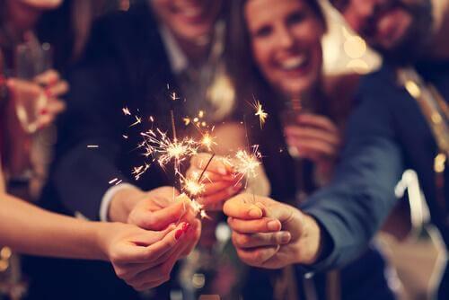 Mensen vieren oud en nieuw met sterretjes
