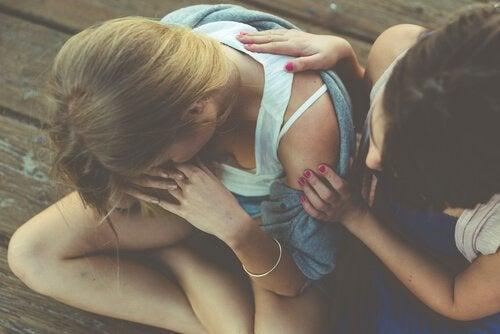 Meisje troost haar vriendin