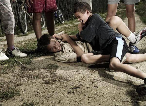 omstandereffect vechtende kinderen terwijl andere kinderen toekijken