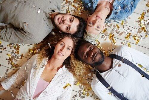 Vier mensen met hun hoofden bij elkaar