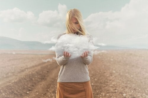 Vrouw houdt wolk vast